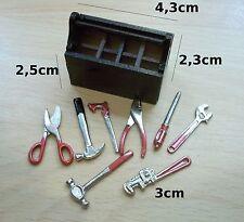 caisse à outils garni avec huit outil ,miniature maison de poupée, vitrine  CL8