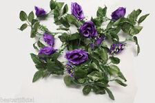 Fiori e piante finte viola per la decorazione del corridoio