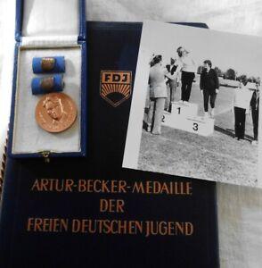 Nachlass Spitzen Sportlerin VP DDR Teil 1  Artur Becker Medaille Urkunden Foto