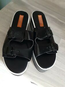 A PAIR OF WOMENS BLACK ROCKET DOG SANDLES SIZE UK 6
