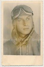 121526, Portraitfoto eines Piloten / Flugzeugführers, Kopfhaube, Schutzbrille