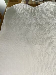 Lovely Single Bedspread Only Used WILL COVER THE WHOLE BED TO THE FLOOR