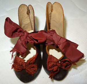 Exceptionnelle paire de chaussures talons lettres d'or E.Jumeau Med.OR 1878 T.13