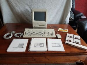 Macintosh SE/30 M5119 Complete with original box, keyboard, mouse and books
