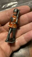 """OLD METAL TOY SOLDIER MARCHING WITH GUN RED BEEFEATER 2.5"""" BRITAINS ?"""