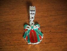 pendentif argenté cadeau rouge et vert