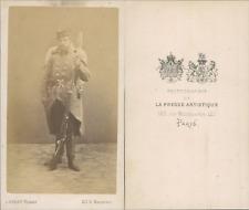 Paris, Militaire en uniforme, sac au dos et fusil à baïonnette à la main, circa