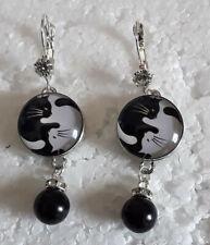 boucles d oreilles , petites perles, chats blancs et noirs,ying yang