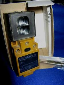 Omron E3N2-D2Y44B-US Photoelectric Switch - Used Clean c/w Hardware and Box
