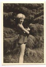 Enfant portant chat noir - photo ancienne amateur an. 1940 50