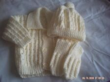 Hand Knitted Crème Bébé Veste, correspondant à pom pom chapeau et moufles 0-3 mois.