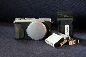 FUJIFILM Fuji X70 - Silver - Great condition - 3 batteries, cap