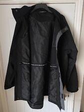 Abrigo para hombre Mountain Warehouse 3/4 en negro con capucha en en muy buena condición