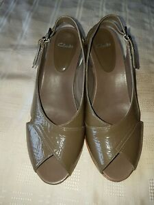 LADIES CLARK'S GREEN PATENT SANDLES SIZE UK7 A NICE PAIR OF SANDALS