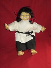 poupée asiatique en tenue de judo Kung FU kimono