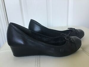 COLE HAAN WOMENS SIZE 7.5 C  PATENT LEATHER / LEATHER BOW 1.5 INCH WEDGE VGUC