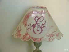 Abat-jour festonné  toile de jouy rose, et monogramme brodé ** E**