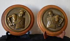 """Paire de grandes médailles en bronze,bas relief """"Gladiateurs"""" sur bois."""