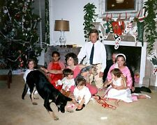 JOHN F. KENNEDY & JACQUELINE WITH FAMILY ON CHRISTMAS 1962 - 8X10 PHOTO (RT626)