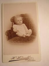 Fulda - auf einem Sessel sitzendes kleines Kind - Portrait / CDV