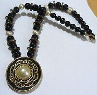 collier bijou vintage années 1970 perle noir et nacré blanche médaillon noir C2