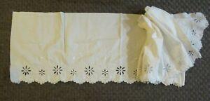 Dessus de cheminée festonné, coton blanc brodé, 1900/1950