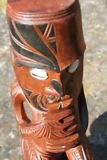 Tiki artisanal en bois exotique au tatouage polynésien Maori Moko noir