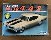1/25 SCALE 1969 OLDS W-30 4-4-2  HARDTOP LIGHT GRAY MPC MODEL KIT