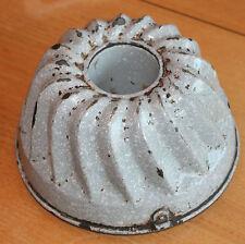 ancien moule a gâteau  en fer ou tôle emaillé