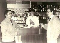 ANNI '70 PREPARAZIONE DA PARTE DI GIOVANE BARMAN DI COCKTAIL - CAFFE' FAEMA