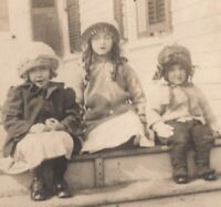 082820 VINTAGE RPPC REAL PHOTO POSTCARD THREE LITTLE GIRLS IN HATS ON STEPS