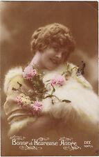 CPA - Jeune femme Au manchon de fourrure.