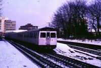 PHOTO  1986 SNOW AT EAST PUTNEY A TRAIN ON LONDON UNDERGROUND'S DISTRICT LINE LE
