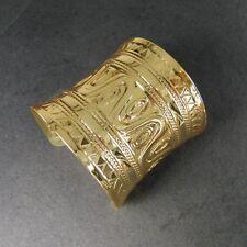 Breite goldfarbene Damenarmspange im klassisch orientalischen Design