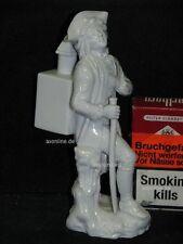 . Höchst Porzellan Figur Kavalier Gentleman Soldat mit Kasten auf Rücken