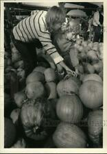 1984 Press Photo Maria & Beth Trabka select pumpkin for Halloween in New York