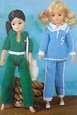 Vintage main Knitting Pattern barbie/sindy/Action/Teenage Doll Survêtements E6753