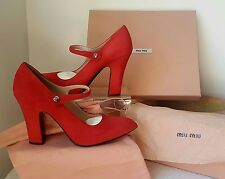 Entièrement neuf dans sa boîte MIU MIU rouge daim 2014 Mary Jane Chaussures. Taille 3.5. $690.