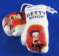 Betty Boop Mini Guantes de Boxeo putting medias en