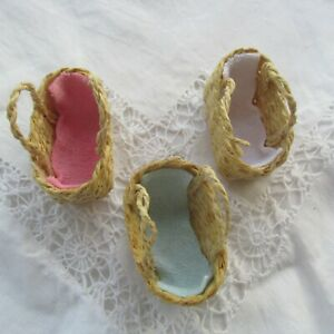 Tiny Hand Woven Soft Mosses Basket/Dolls Basket with Blanket Dolls House1:12 NEW