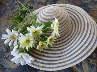 lchapeau=la  capeline  blanche et les fleurs pour la garnir