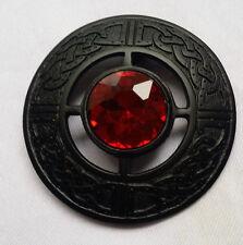 Homme Kilt Mouche Plaid Broche Pierre Rouge Finition Noire 7.6cm Celtique Pins &