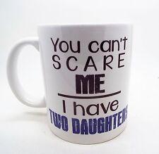 no se puede Scare Me I Have dos hijas Taza AZUL VERSION Regalo Padres Taza