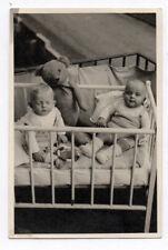 PHOTO ANCIENNE Enfant Bébé Ours en peluche Portrait Lit Vers 1940 Jouet Jeu