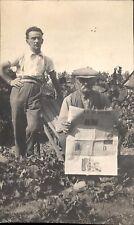 Snapshot photo deux hommes dans jardin un lit journal depeche centre salades
