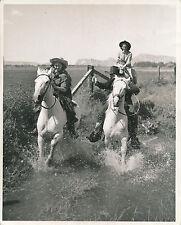 CALIFORNIE c. 1950 - Jeunes Femmes à cheval Dude Ranch Victorville - USA 106