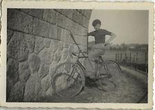PHOTO ANCIENNE - VINTAGE SNAPSHOT - VÉLO BICYCLETTE ENFANT BÉRET MUR - BIKE