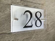 Signo de casa de acrílico transparente con modernos números de puerta de placa de aluminio cepillado