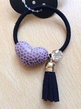 un noir pompon cheveux décoré avec coeur rose , gland et cristal