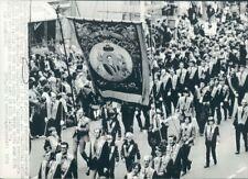 1973 Press Photo Orangemen Parade With Banner 1970s Belfast Ireland